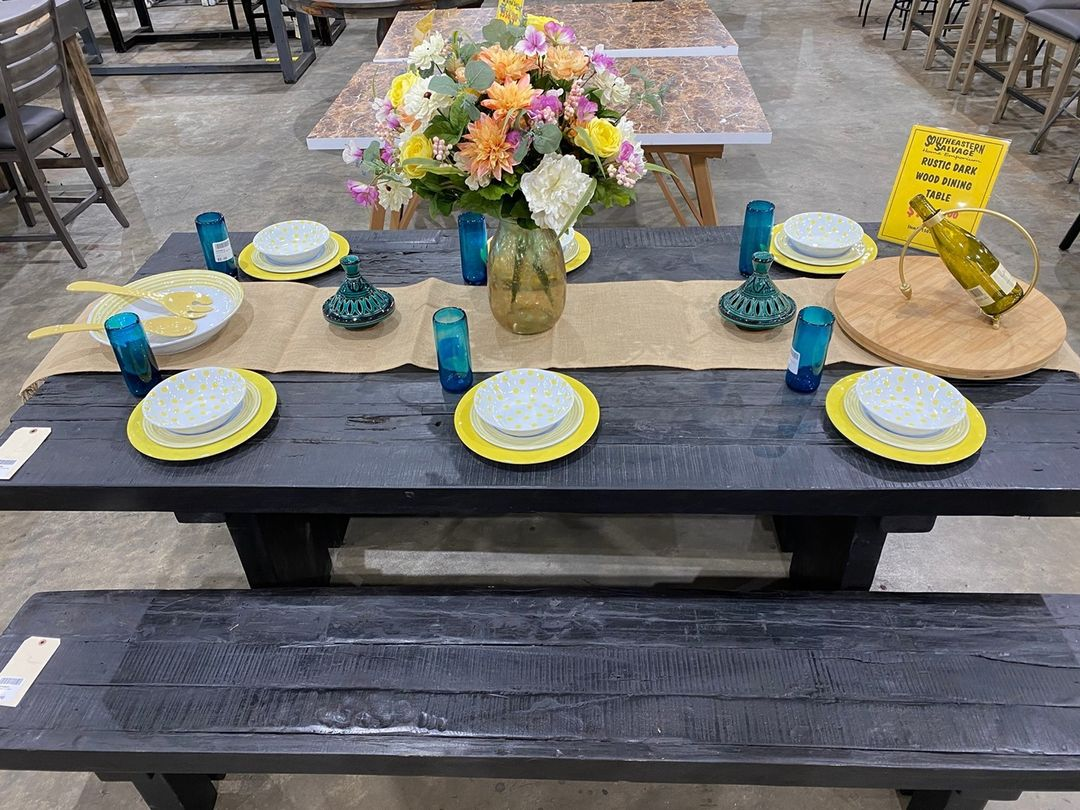 You can create a cute, shatter-resistant tablescape with our Melamine Dinnerware. Perfect for kid-proofing your cookouts and dinners 🌭🥩